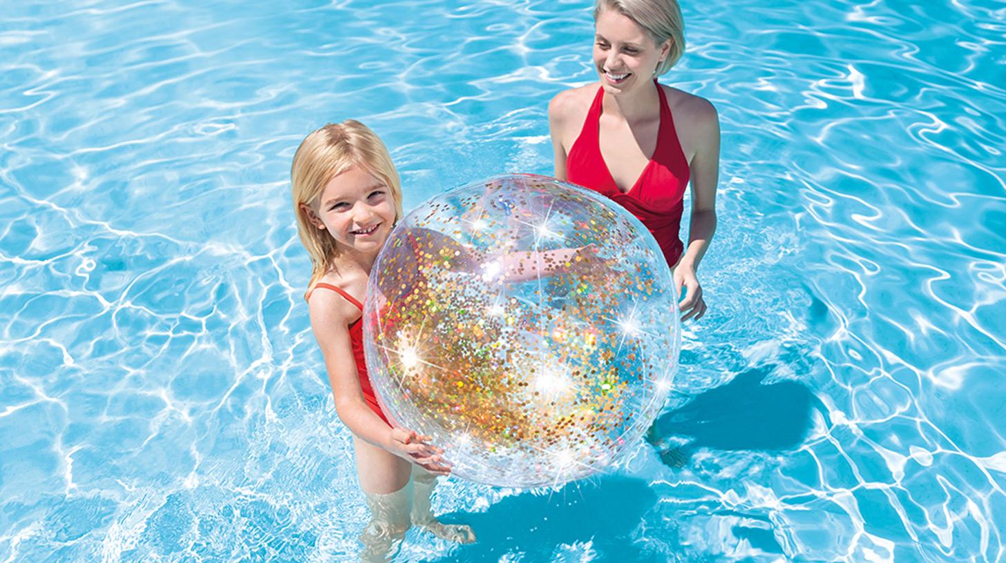 Come tenere pulita l'acqua della piscina fuori terra: 7 Accessori indispensabili